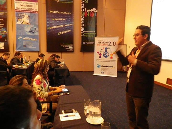 Juan Carlos Mejía Llano en conferencia en evento Servicio al cliente 2.0