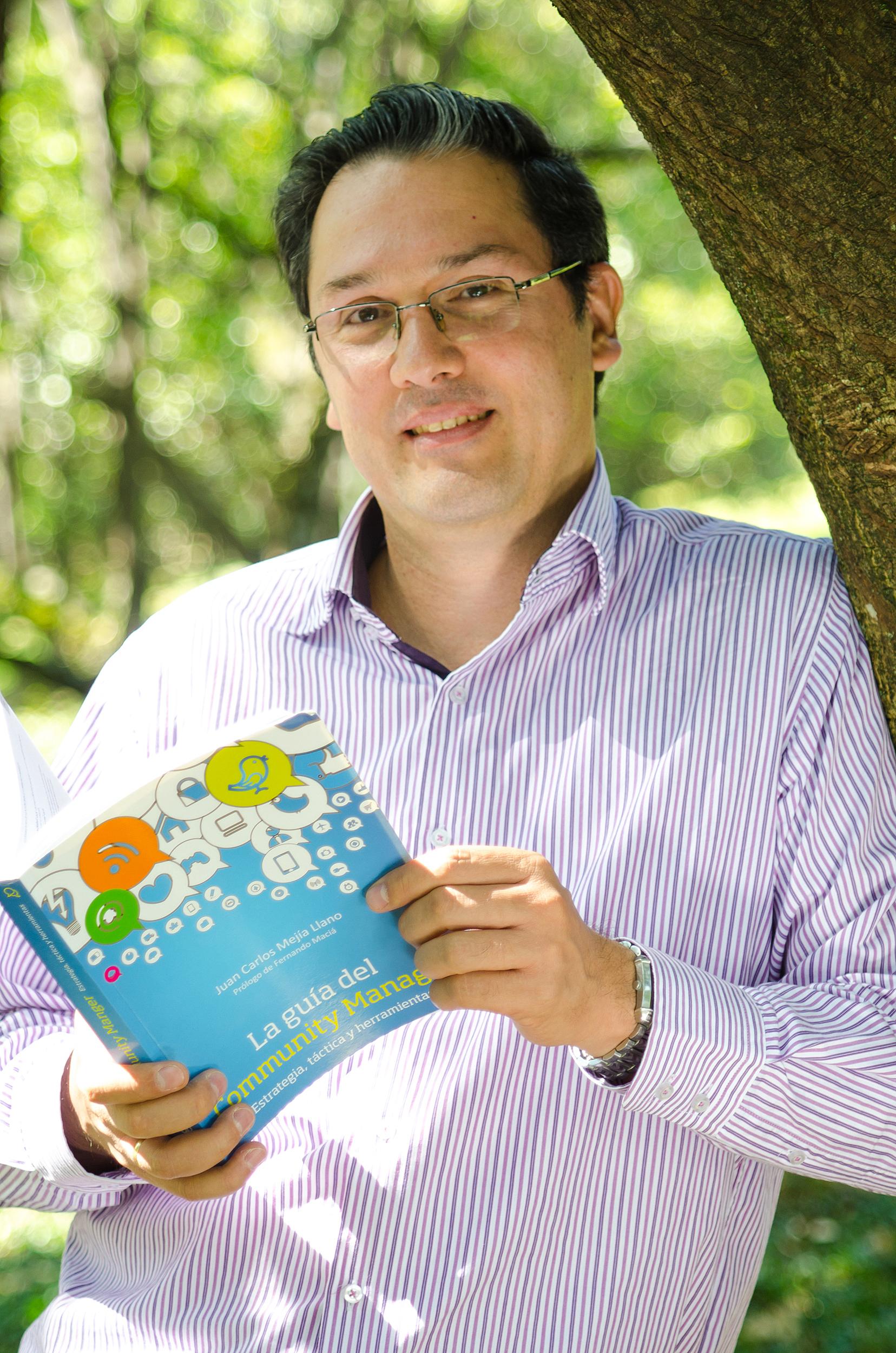 Hablando de mi vida y mi libro La guía del Community Manager en la revista La Riviera - Foto de Camara Lucida