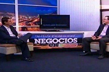 Juan Carlos Mejía Llano presentando su libro La guia del Community Manager en el programa de TV negocios en Telemedellín